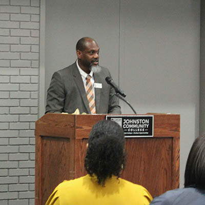 Lance Gooden giving presentation to students.